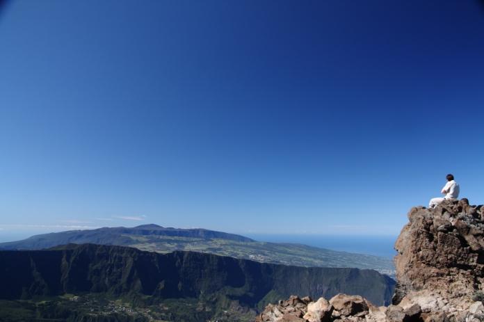 La massif du Piton de la Fournaise (2632 m) vu au 18 mm depuis la crête sommitale du Grand Bénare (2898 m) (Photo Joris Bertrand)