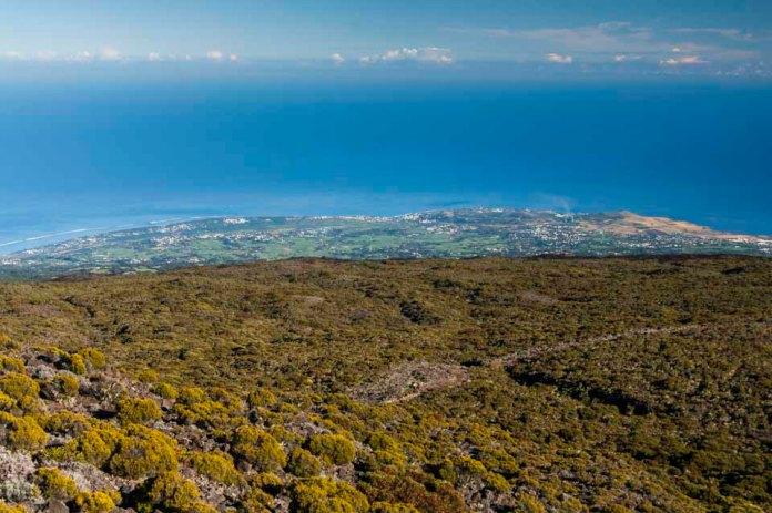 Vue plongeante sur la côte Ouest de La Réunion… (Photo Joris Bertrand)
